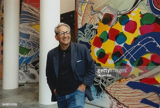 Frank Stella * Bildender Künstler Maler PopArt USAPorträt vor seinem Wandgemälde Eingangshalle Verlagshaus Axel Springer Verlag AG in Hamburg...