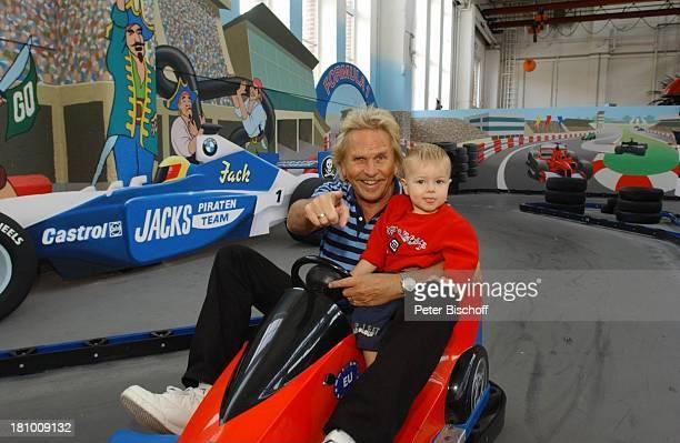 Frank Zander Enkel Elias Freizeitpark 'Jacks Funworld' am Rande der Dreharbeiten zum ARD/MDRBoulevardMagazin 'Brisant' 1102003 MiniAutoscooter...