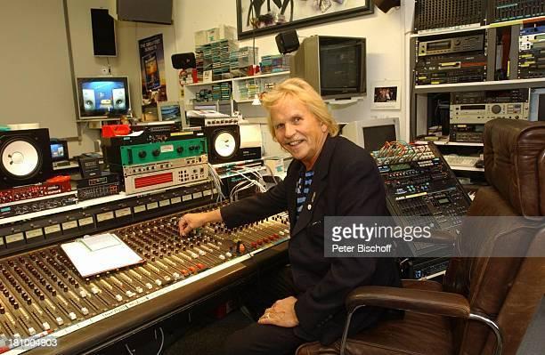 Frank Zander in seinem Studio in Berlin Deutschland Europa Mischpult am Rande der Dreharbeiten zum ARD/MDRBoulevardMagazin 'Brisant' 1102003 Sänger...