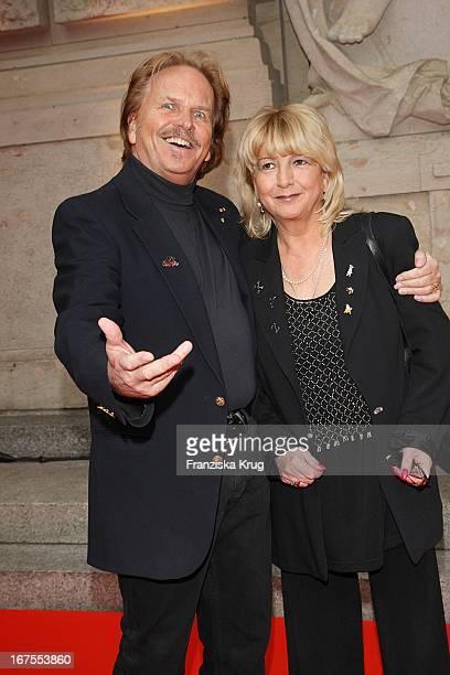 Frank Zander Mit Ehefrau Evi Bei Der Elisabeth Premiere Auf Dem Roten Teppich Vor Dem Theater Des Westens In Berlin
