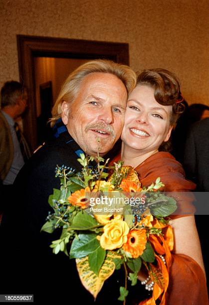 Frank Zander Schwiegertochter ElginAngela Zander HochzeitBerlin Deutschland EuropaCharlottenburg Standesamt BrautBrautkleid Blumen...