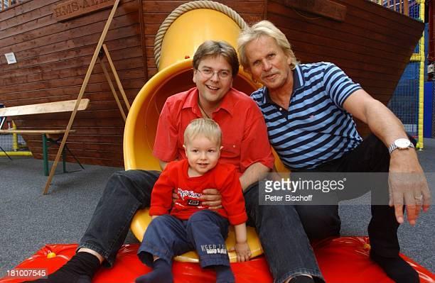Frank Zander Sohn Marcus Enkel Elias Freizeitpark 'Jacks Funworld' am Rande der Dreharbeiten zum ARD/MDRBoulevardMagazin 'Brisant' 1102003 Rutsche...