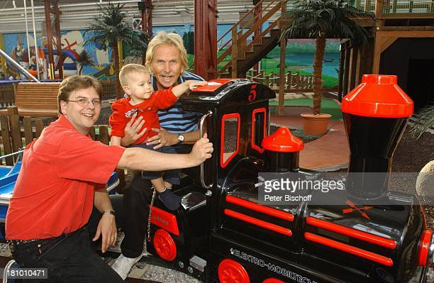 Frank Zander Sohn Marcus Enkel Elias Freizeitpark 'Jacks Funworld' am Rande der Dreharbeiten zum ARD/MDRBoulevardMagazin 'Brisant' 1102003 Eisenbahn...