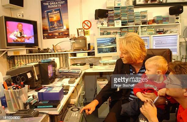 Frank Zander Sohn Marcus Enkel Elias in seinem Studio in Berlin Deutschland Europa am Rande der Dreharbeiten zum ARD/MDRBoulevardMagazin 'Brisant'...