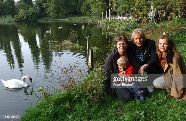 Frank Zander Sohn Marcus und Ehefrau Elgin Angela von Lühmann Enkel Elias am Lietzensee Schwan am Rande der Dreharbeiten zum ARD/MDRBoulevardMagazin...