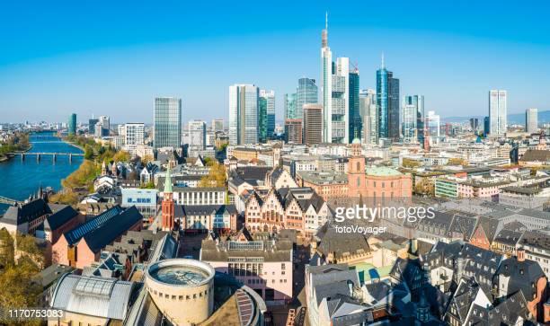 frankfurter luftpanorama über romerberg-dächer zu hoch aufragenden wolkenkratzern deutschland - frankfurt börse stock-fotos und bilder