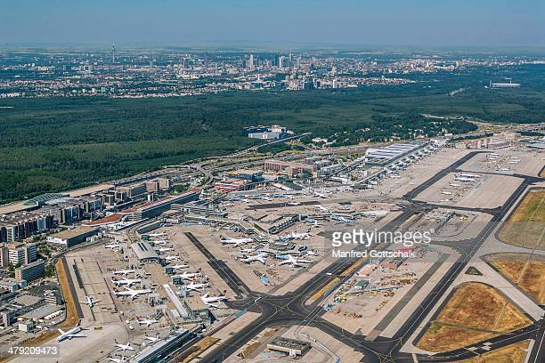 frankfurt airport aerial view - frankfurt international airport stock pictures, royalty-free photos & images