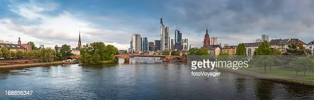 frankfurt am main central riverside stadt panorama deutschland - flussufer stock-fotos und bilder