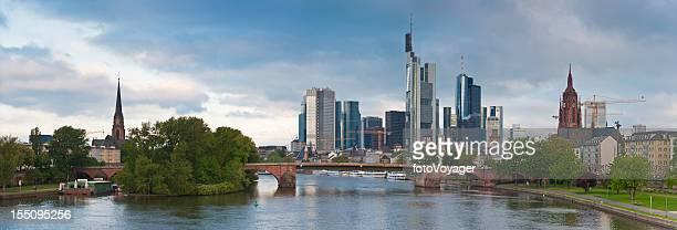 frankfurt am main in der innenstadt wolkenkratzer riverside panorama deutschland - flussufer stock-fotos und bilder