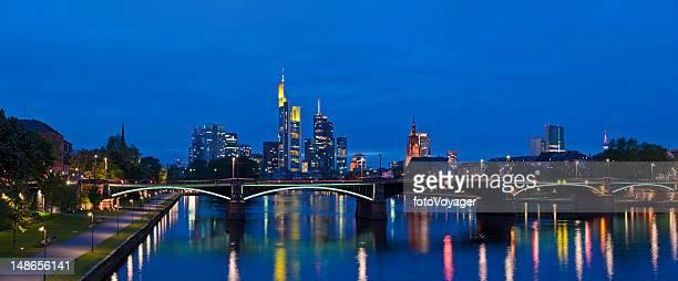Frankfurt am Main neon Stadt bei Nacht beleuchtet blue dusk, Deutschland