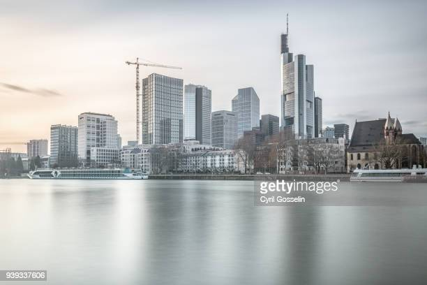 frankfurt am main skyline - flussufer stock-fotos und bilder