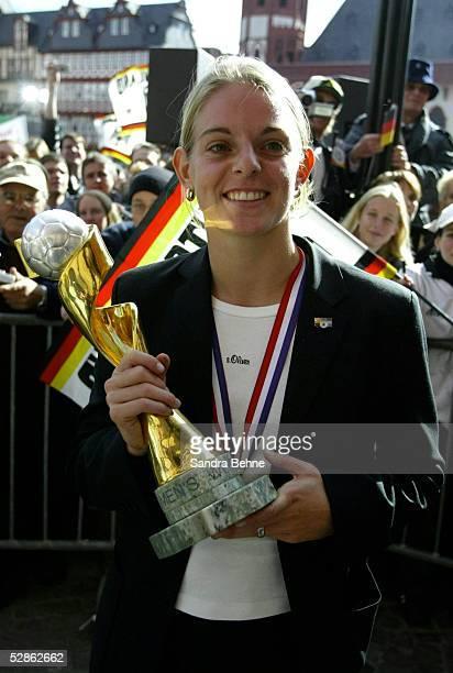 WM 2003 Frankfurt Ankunft der Nationalmannschaft in Frankfurt Nia KUENZER mit WM Pokal beim Empfang auf dem Frankfurter Roemer