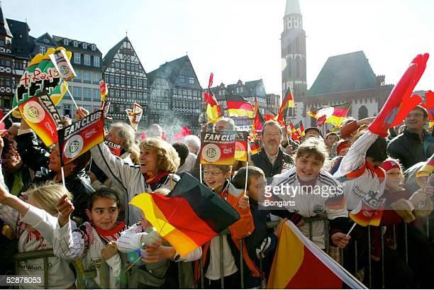 WM 2003 Frankfurt Ankunft der Nationalmannschaft in Frankfurt/Empfang auf dem Roemer Fans auf dem Frankfurter Rathausplatz