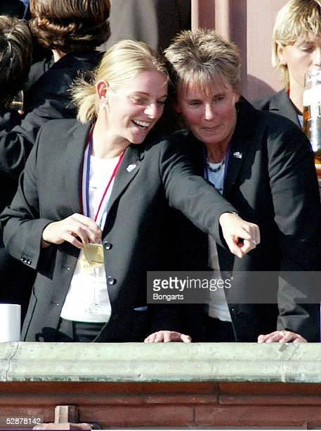 WM 2003 Frankfurt Ankunft der Nationalmannschaft in Frankfurt/Empfang auf dem Roemer Nia KUENZER mit DFB Bundestrainerin Tina THEUNEMEYER