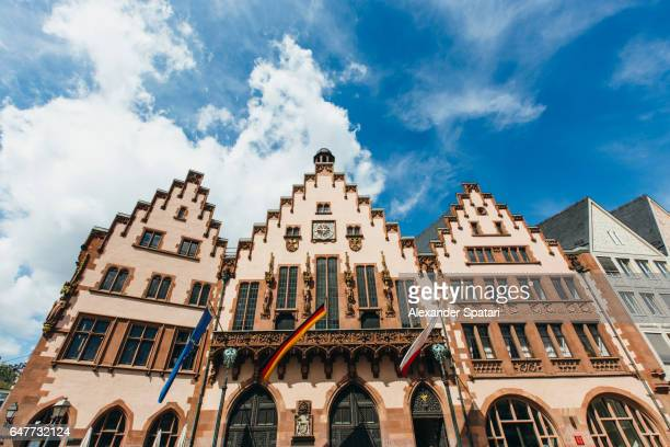 frankfurt city hall at römerberg (roemerberg) square, frankfurt am main, hesse, germany - rathaus stock-fotos und bilder
