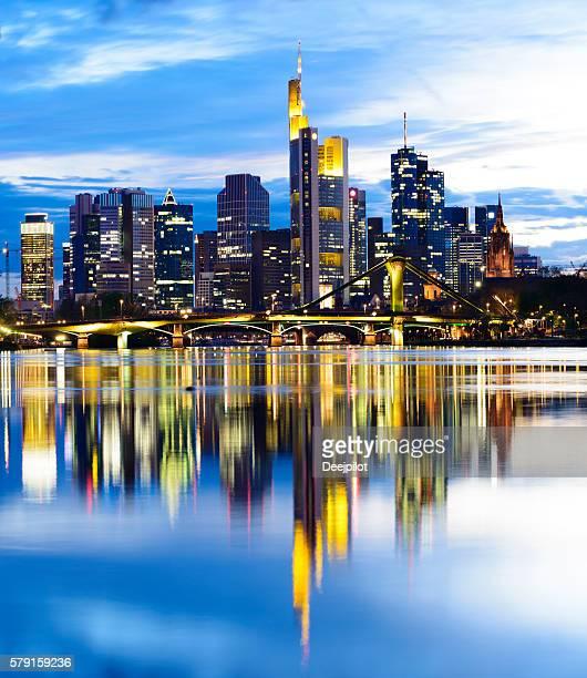 Frankfurter Skyline mit Main Reflexion in der Dämmerung, Deutschland