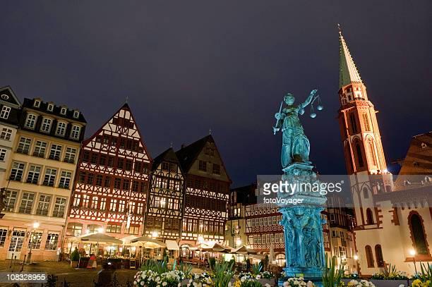 Frankfurt city square Nacht Justica fountain Römerberg restaurants und Cafés, Deutschland