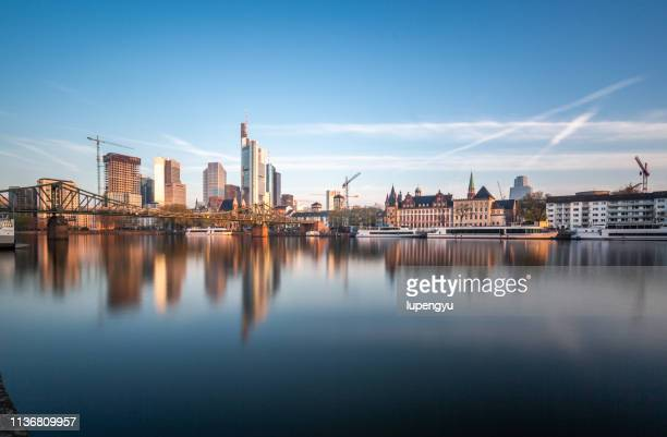 frankfurt cityscape at sunrise - flussufer stock-fotos und bilder
