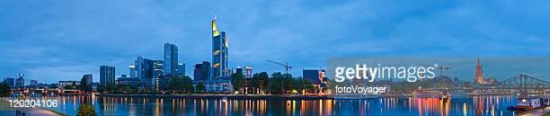 Frankfurter Innenstadt Wolkenkratzer Wahrzeichen der Stadt panorama beleuchtet Main, Deutschland