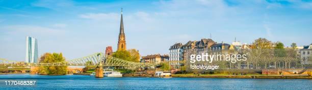 フランクフルト欧州中央銀行は、主要な橋を見下ろす川沿いのパノラマドイツ - 欧州中央銀行 ストックフォトと画像