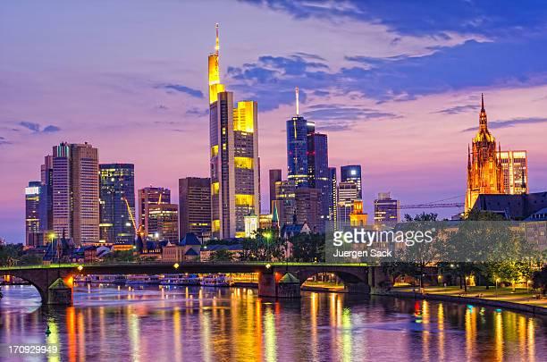 Frankfurt Financial District und river Hauptgebäude bei Sonnenuntergang