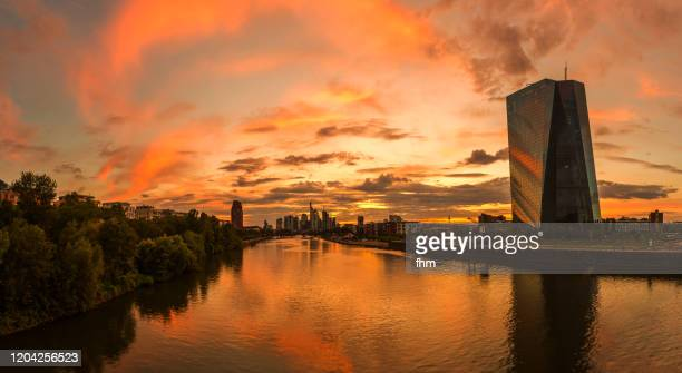 frankfurt/ main skyline at sunset (hesse, germany) - 欧州中央銀行 ストックフォトと画像