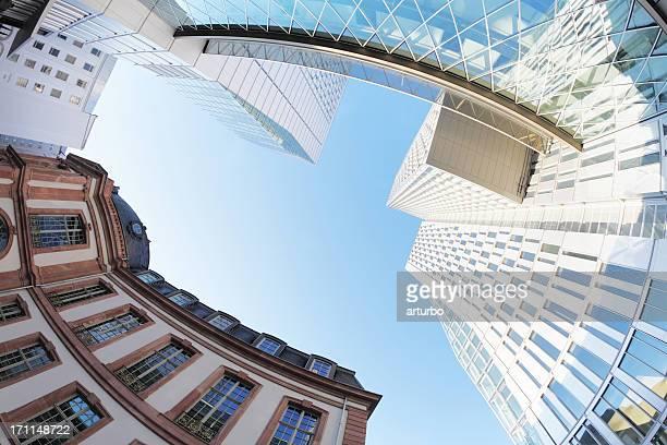 Frankfurt moderne und traditionelle deutsche Gebäude vor blauem Himmel
