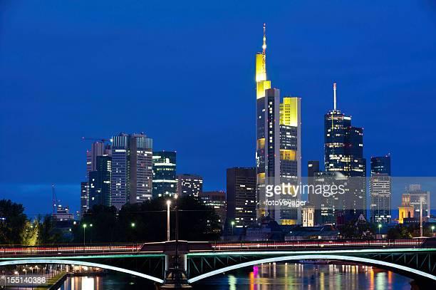 Frankfurt neon Nacht, Wolkenkratzer beleuchtet Main, Deutschland