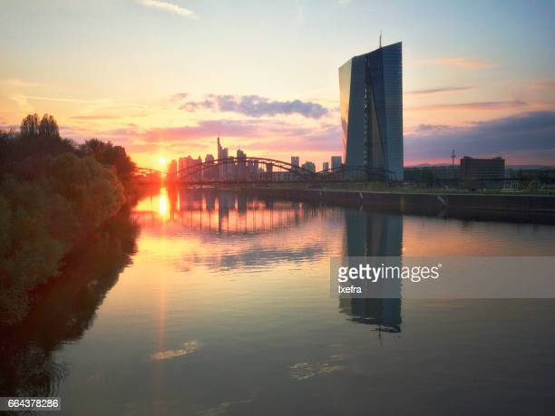 frankfurt sunset skyline - 欧州中央銀行 ストックフォトと画像