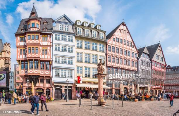 turisti di francoforte e gente del posto ristoranti romerberg città piazza panorama germania - francoforte sul meno foto e immagini stock