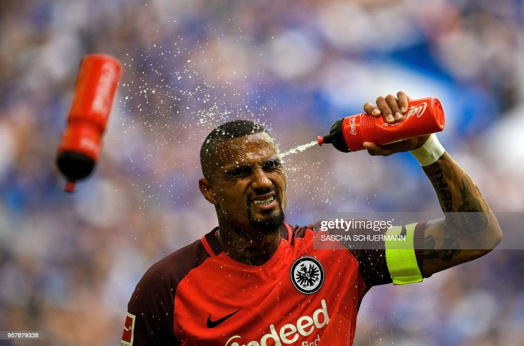 TOPSHOT - Frankfurt's Ghana midfielder Kevin Prince Boateng sprays water on his face during the German first division Bundesliga football match FC Schalke 04 vs Eintracht Frankfurt in Gelsenkirchen, western Germany, on May 12, 2018. (Photo by SASCHA SCHUERMANN / AFP)