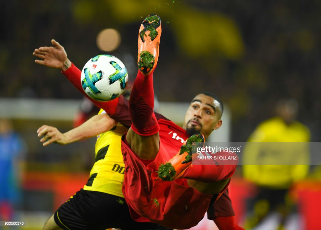 TOPSHOT - Frankfurt's Ghanaian midfielder Kevin-Prince Boateng (R) and Dortmund's German defender Marcel Schmelzer vie for the ball during the German first division Bundesliga football match Borussia Dortmund vs Eintracht Frankfurt, in Dortmund, western Germany, on March 11, 2018. / AFP PHOTO / Patrik