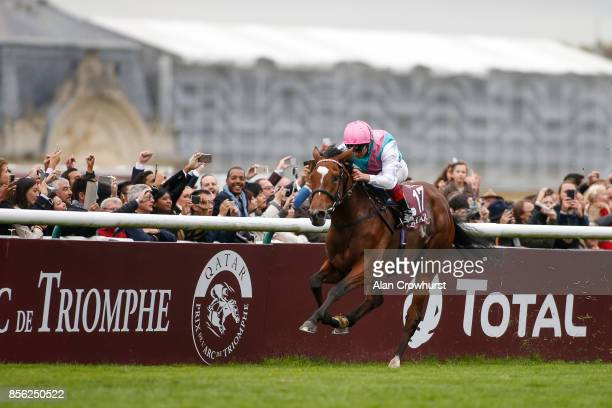 Frankie Dettori riding Enable win The Prix de l'Arc de Triomphe during Prix de l'Arc de Triomphe meeting at Chantilly Racecourse on October 1 2017 in...