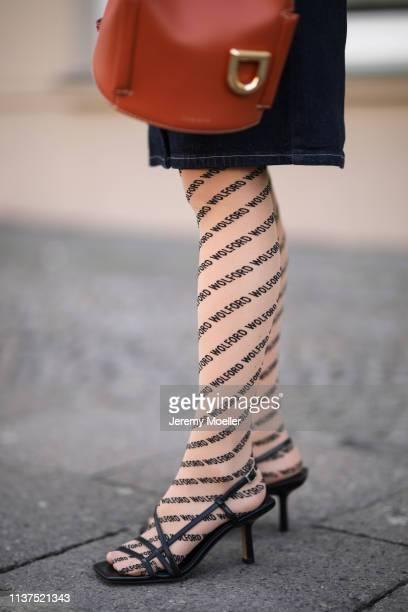 Frankie Miles wearing Jeans dress gestuz Print Tights wolford Strappy sandals topshop Bag orange danse lente on March 20 2019 in Berlin Germany