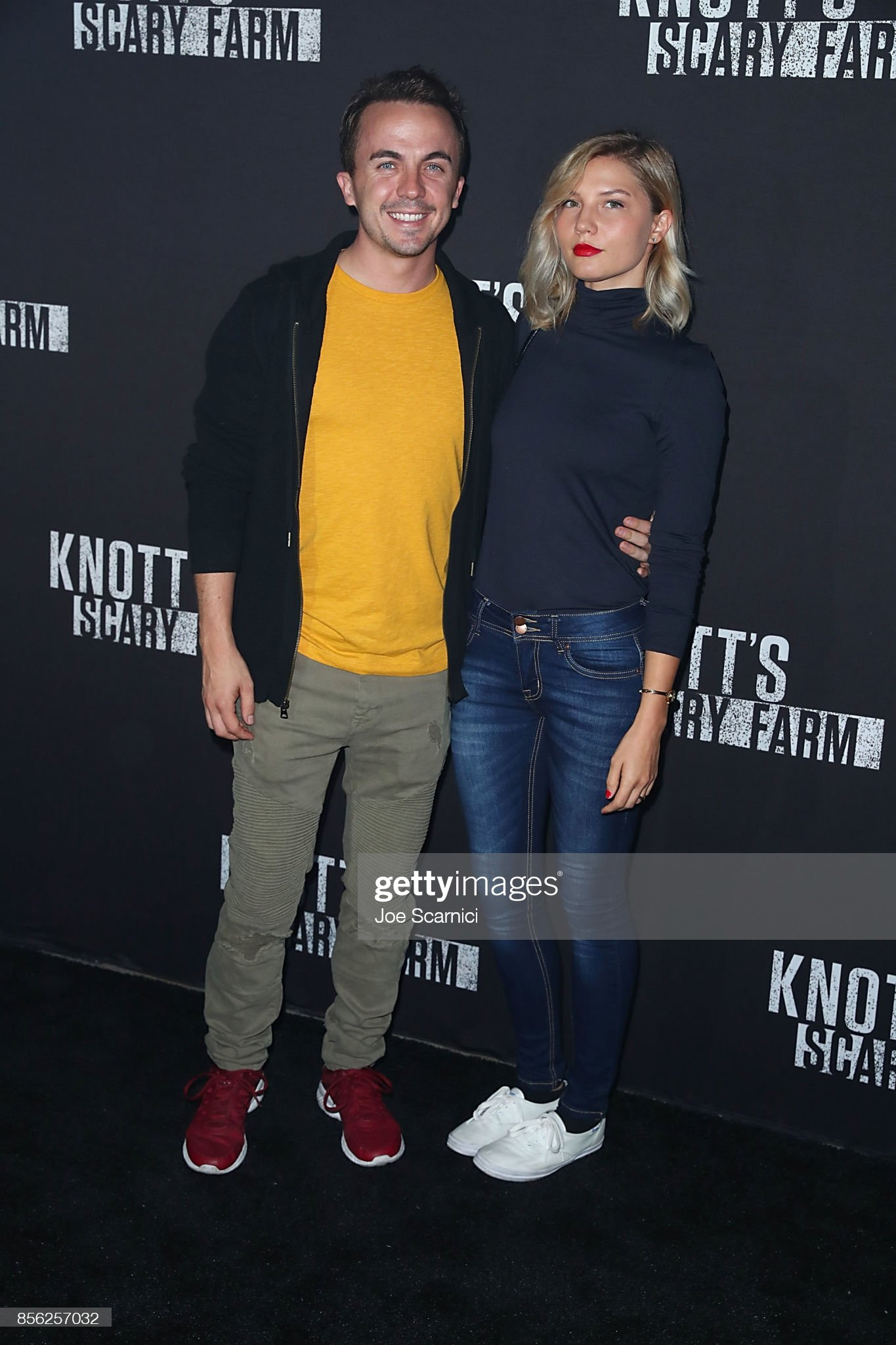 ¿Cuánto mide Frankie Muniz? - Altura - Real height Frankie-muniz-and-paige-price-arrive-at-knotts-scary-farm-and-night-picture-id856257032?s=2048x2048