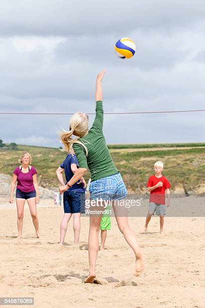 frankreich, bretagne, finistere, plage de treguer, family playing beach volleyball - beachvolleybal stockfoto's en -beelden
