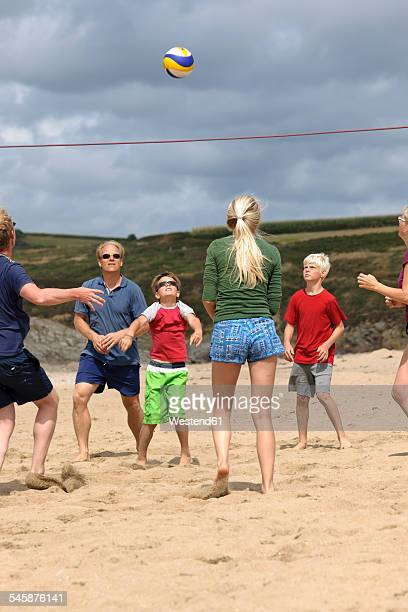 frankreich, bretagne, finistere, st. anne, la plage de treguer, family playing beach volleyball - beachvolleybal stockfoto's en -beelden