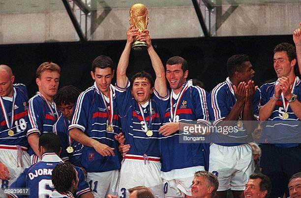 Frankreich Fussballweltmeister 1998 Bixente LIZARAZU mit WMPOKAL