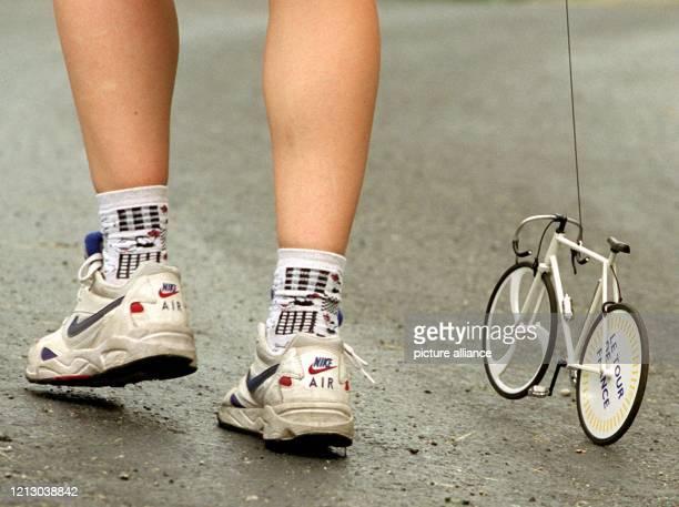 Frankreich ist im Tour-Fieber, und das Rennrad steht als Symbol dafür - auch am 14.7.1997 auf der 9. Etappe zwischen Pau und Loudenville, wo ein Tour...