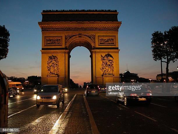 Frankreich, Paris: Arc de Triomphe und Champs Elysees am Abend.
