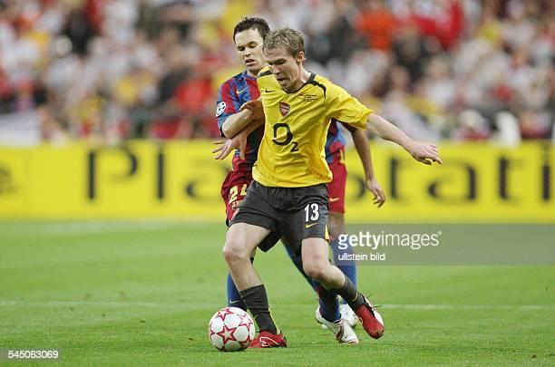 Champions League Saison 2005/2006 Finale FC Arsenal FC Barcelona 12 Zweikampf um den Ball zwischen Arsenals Alexander Hleb und Andres Iniesta