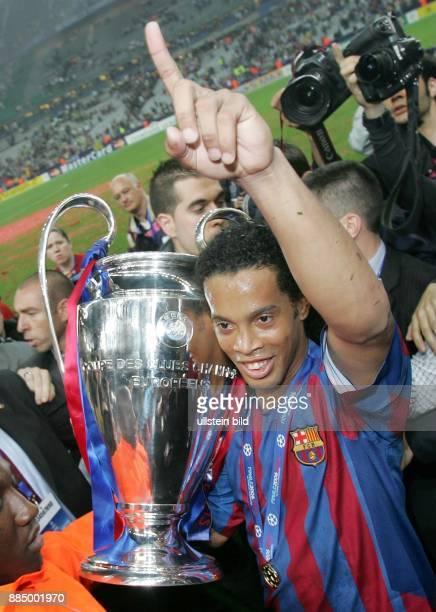 Champions League Saison 2005/2006 Finale FC Arsenal FC Barcelona 12 Barcelonas Ronaldinho präsentiert den Pokal und gestikuliert mit ausgestrecktem...