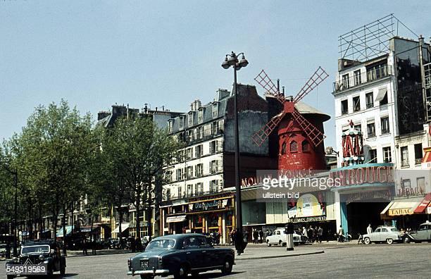 FrankreichParis ca 1958 Mouline Rouge Place Blanche im Stadtviertel Montmartre