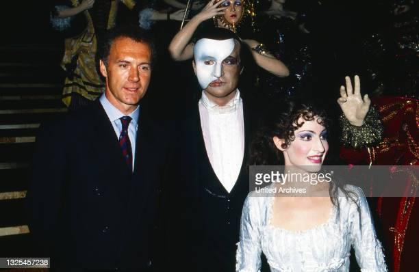 """Frankz Beckenbauer, Peter Hofmann und Anna Maria Kaufmann in """"Phantom der Oper"""", Aufführung in Hamburg, Deutschland 1990. (."""