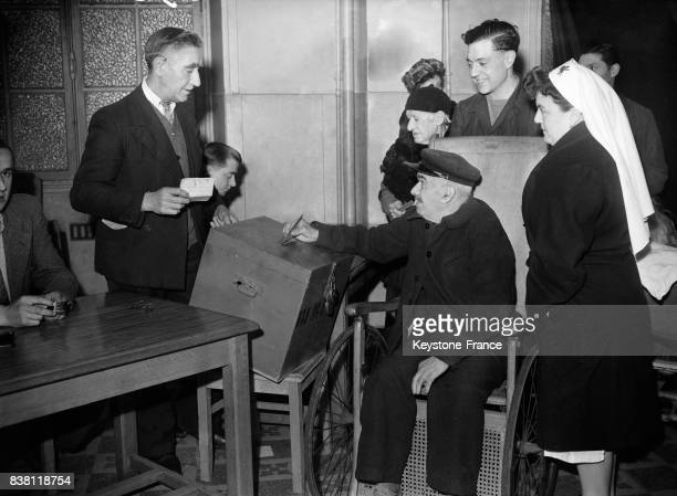 François Antheaume 92 ans dépose son bulletin de vote à l'hospice Paul Brousse au KremlinBicêtre France en novembre 1946