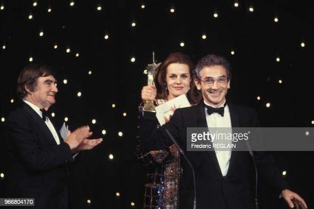 François de Closets entouré de Pierre Salinger et Catherine Nay lors de la cérémonie de remise des 7 d'Or de l'audiovisuel le 26 octobre 1985 à...