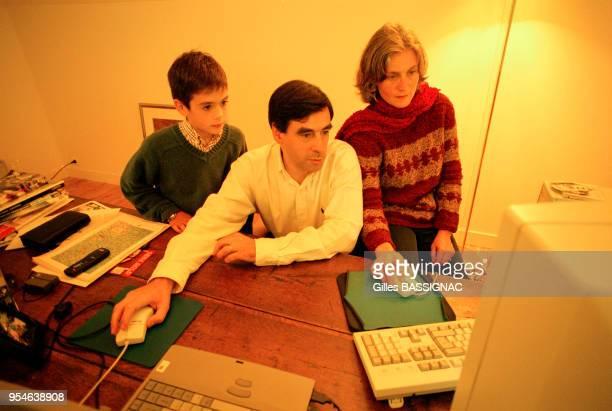 François Fillon dans son bureau avec son épouse Pénélope et leur fils Edouard en octobre 1999, à Sablé-sur-Sarthe, France.