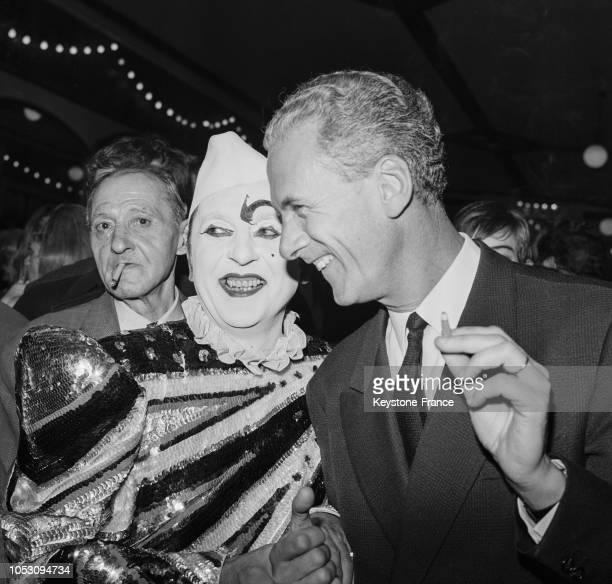 François Missoffe ministre de la Jeunesse et des Sports avec un clown au Cirque d'Hiver à Paris France le 20 novembre 1967