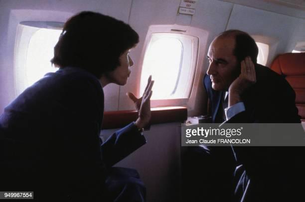 François Mitterrand accompagné de son épouse Danielle se déplacent en avion pendant la campagne présidentielle le 12 avril 1981 en France