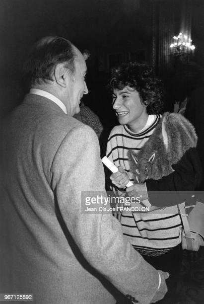 François Mitterrand candidat socialiste à l'élection présidentielle et MariePaule Belle chanteuse et actrice française lors de la présentation de la...